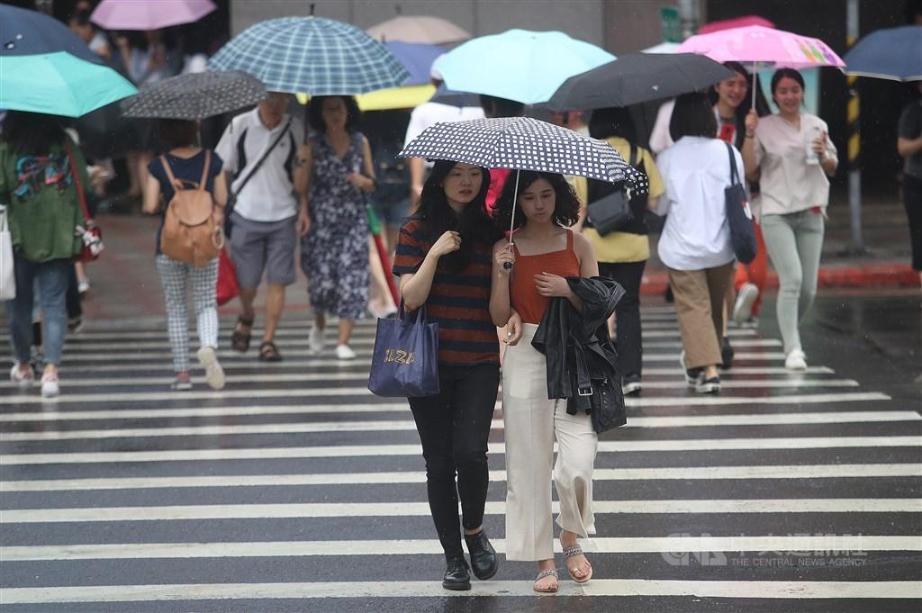 中央氣象局表示,5日持續受颱風外圍環流影響,各地降雨機率高。(中央社檔案照片)