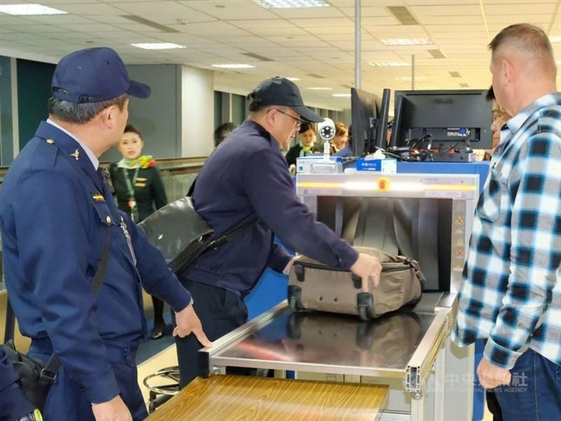 非洲豬瘟中央災害應變中心5日宣布,6日起新增馬來西亞、新加坡、印尼及汶萊入境旅客手提行李全檢疫。(中央社檔案照片)