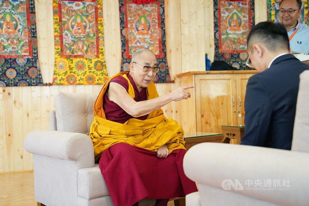 客家電視台團隊今年8月特別到印度採訪達賴喇嘛(左),達賴在專訪中主動談及台灣,他表示,台灣保有民主自由以及佛教相關知識,這點非常重要。同時,他也不忘勉勵台灣,透過民主自由,終能戰勝極權主義。(客家電視提供)中央社記者陳秉弘傳真  108年9月6日