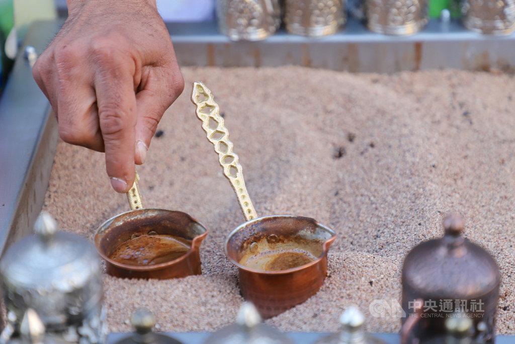 土耳其咖啡結合特殊製煮技術,被列為聯合國教科文組織人類非物質文化遺產。圖為安卡拉哈曼歐努的咖啡館師傅在加熱的沙子裡調煮土耳其咖啡,4月27日攝。中央社記者何宏儒安卡拉攝 108年9月6日