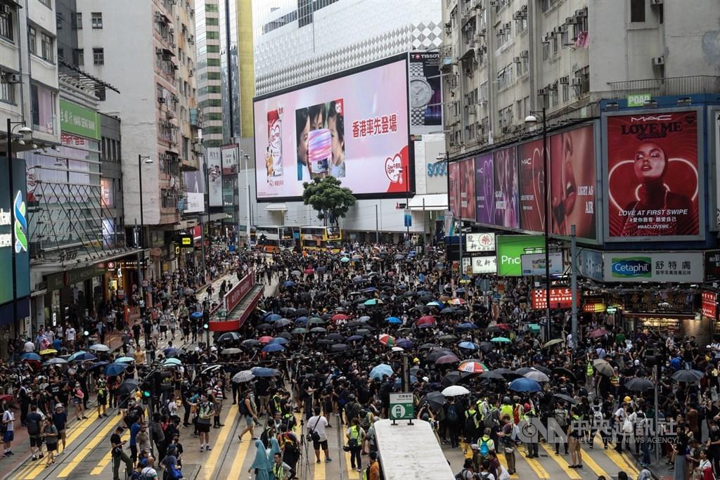 因反送中運動及美中貿易戰帶來的外部阻力,國際信用評等公司惠譽5日將香港發行人違約評級由原本的「AA+」下調至「AA」,展望則為「負面」。圖為8月11日反送中示威一景。(中央社檔案照片)