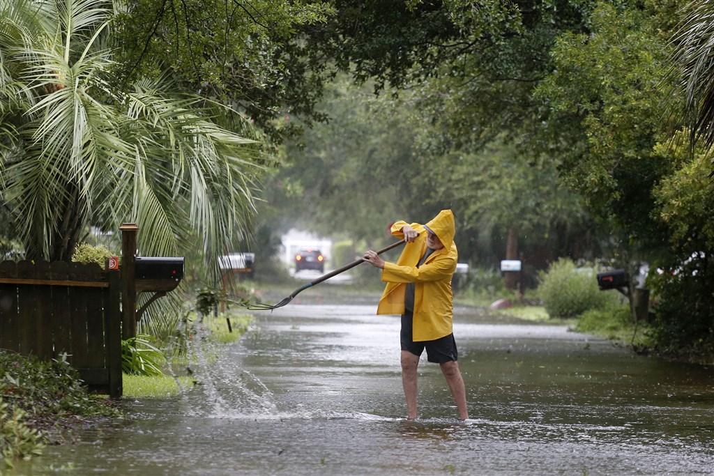 颶風多利安重創巴哈馬,造成30人死亡和數千人無家可歸後,6日繼續朝美國北卡羅來納州沿海逼近。圖為南卡羅來納州居民清理積水。(美聯社)