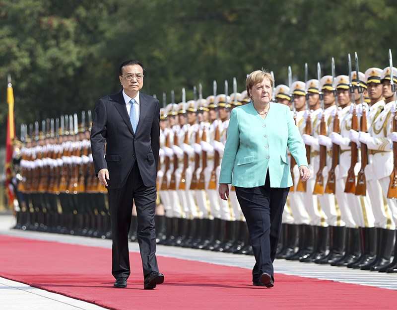 德國總理梅克爾(前右)6日抵達中國訪問,並與中國國務院總理李克強(前左)會談,提到香港問題。(圖取自中國政府網網頁www.gov.cn)