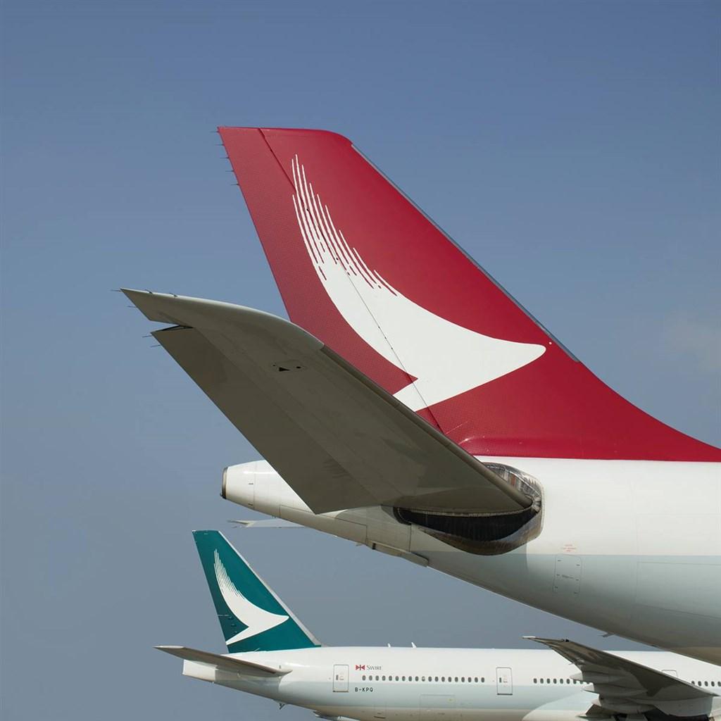 國泰航空24日證實,再有一架旗下的港龍班機出現氧氣瓶洩氣,公司已解僱2名機艙服務員。(示意圖/圖取自facebook.com/cathaydragon)
