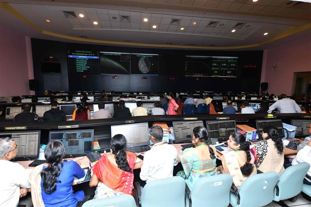 印度太空研究組織7日與月球飛船二號登陸器維克藍失聯,控制台無法順利取得登陸器訊號時,科學家開始感到焦躁不安,全場鴉雀無聲。(圖取自facebook.com/ISRO)