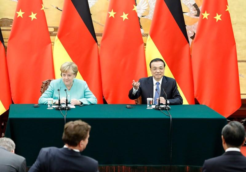 德國總理梅克爾(後左)第12度訪問中國,7日在武漢啟程返國前,再次強調和平解決香港問題的重要性。圖為梅克爾與中國國務院總理李克強(後右)6日會談後舉行記者會。(圖取自中國政府網網頁www.gov.cn)