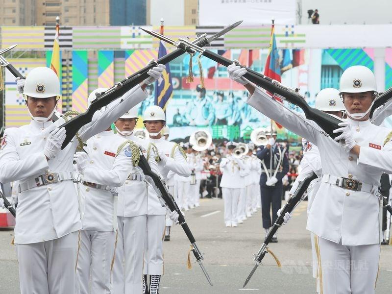 國防部2020年將以中華民國三軍儀隊名義組團,參加「世界儀隊錦標賽」。圖為國慶大會三軍樂儀隊操演。(中央社檔案照片)