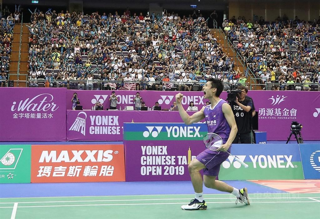 台灣羽球一哥周天成(前)8日在2019台北羽球公開賽男單決賽,以直落二擊敗南韓選手許侊熙,收下在此賽事第3座男單冠軍,賽後開心握拳吶喊慶祝。中央社記者張新偉攝 108年9月8日