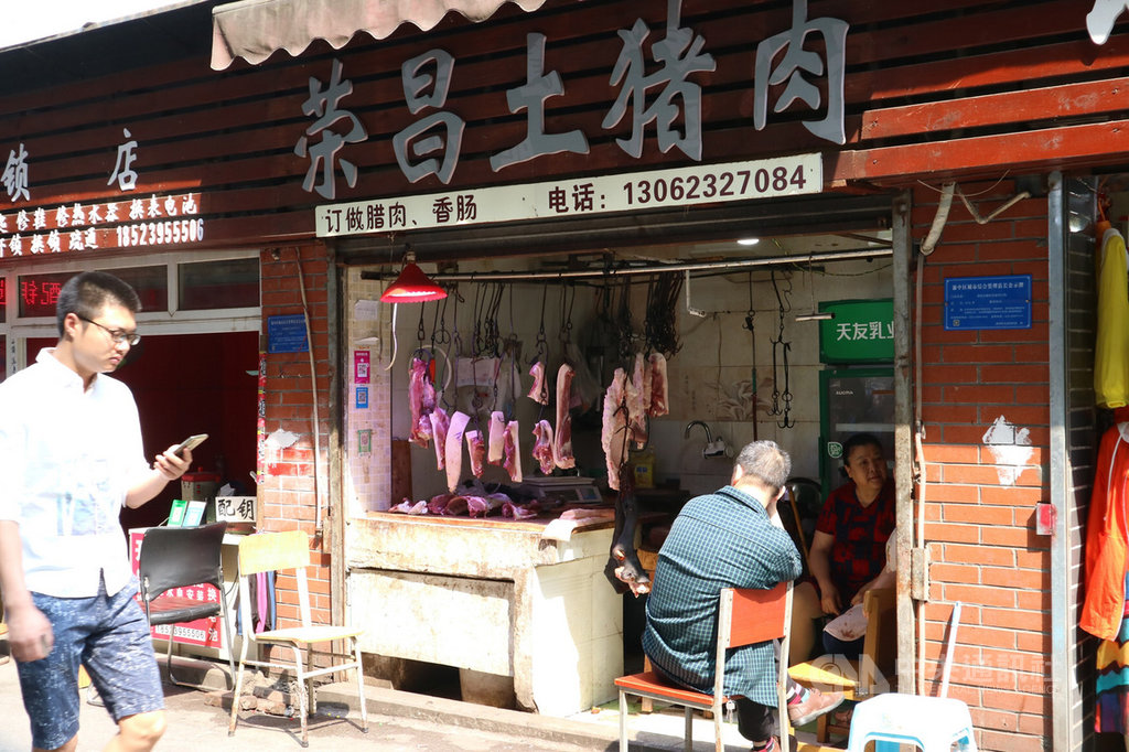 中國豬肉價格在今年3月份短短一個月內漲了20%後,就此奏響「漲聲」序曲。上海豬肉業者表示,目前拿到的批發價相較2018年同期已經漲了超過一倍。圖為4月於重慶拍攝的一家豬肉攤。中央社記者陳家倫上海攝 108年9月8日