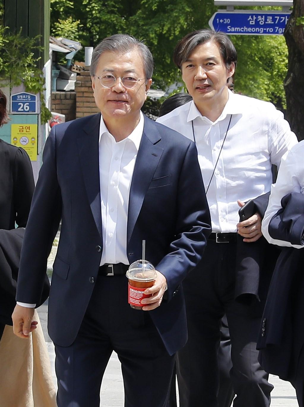 南韓總統文在寅(左)9日任命前青瓦台民政首席秘書曹國(右)為法務部長。(韓聯社提供)