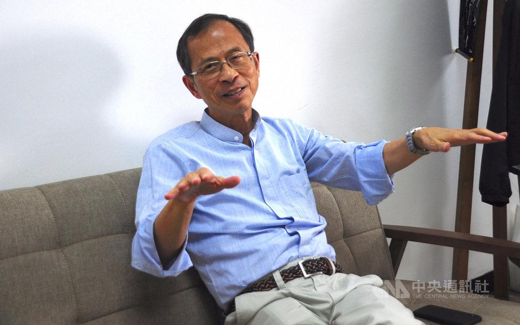 香港立法會前主席曾鈺成表示,「普選無望」和「社會不公」是這次「反送中」抗爭迅速爆發的核心原因,港府應成立獨立調查委員會,反思一國兩制下的管治問題。圖攝於8月26日曾鈺成辦公室。中央社記者沈朋達攝 108年9月9日