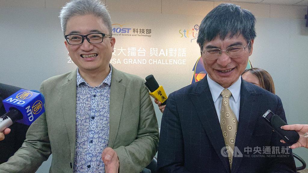 科技部長陳良基(右)與台灣人工智慧實驗室創辦人杜奕瑾(左)均認同人機對話的重要性,期許透過競賽,激發台灣向前的動力。中央社記者潘姿羽攝  108年9月9日