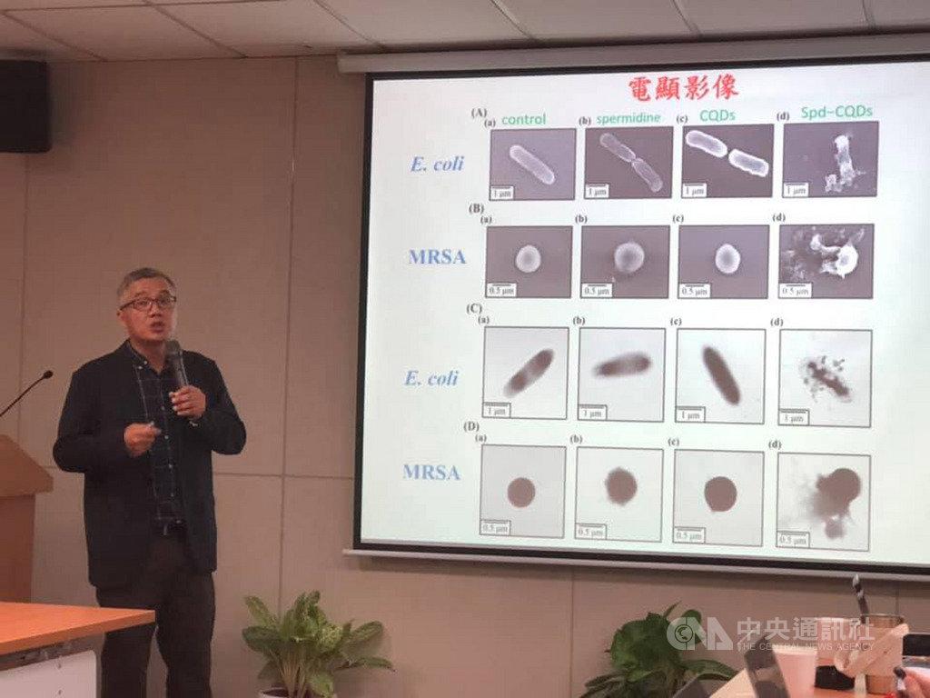 國立台灣海洋大學生命科學暨生物科技學系教授黃志清帶領的研究團隊,從2013年開始投入調控分子聚合與碳化程度的固態合成技術的研究。中央社記者吳柏緯攝 108年9月10日