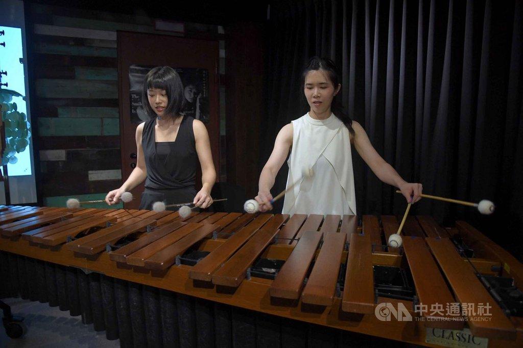 朱宗慶打擊樂團10日舉行記者會,向大家介紹新生代演奏家彭瀞瑩(右)及黃微心(左),兩人在會中展現靈活彈奏技巧。中央社記者王飛華攝  108年9月10日