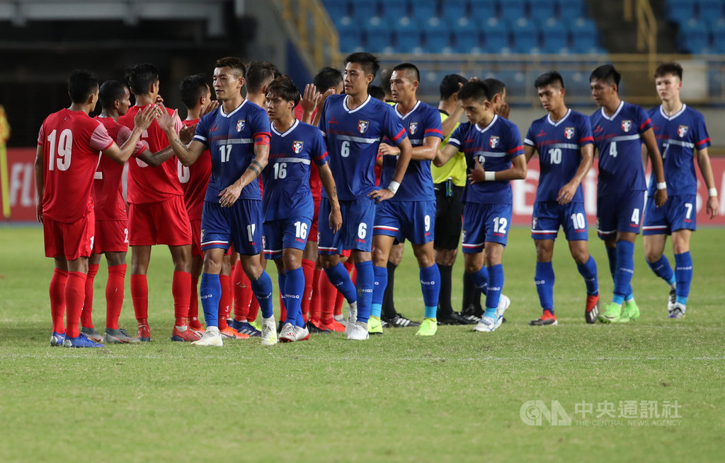 中華男足(藍衣)10日晚間在台北田徑場迎戰世界排名166名的尼泊爾隊(紅衣),可惜中華隊最終以0比2不敵尼泊爾,賽後雙方球員擊掌致意。中央社記者張新偉攝  108年9月10日