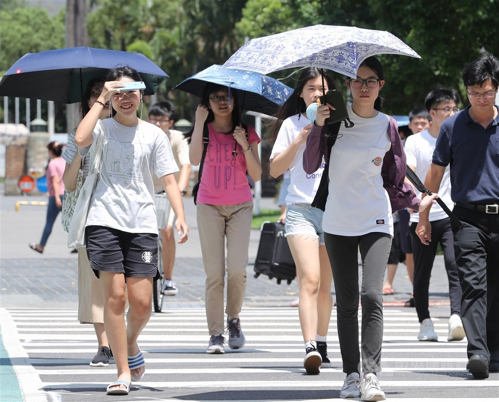 中央氣象局表示,10日上午各地轉為多雲到晴,白天高溫約32到35度,中午前後感受悶熱。(中央社檔案照片)