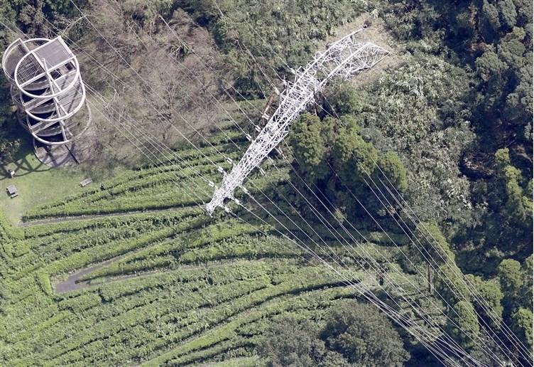 颱風法西9日襲擊日本千葉縣,造成君津市一處電塔傾倒。(共同社提供)