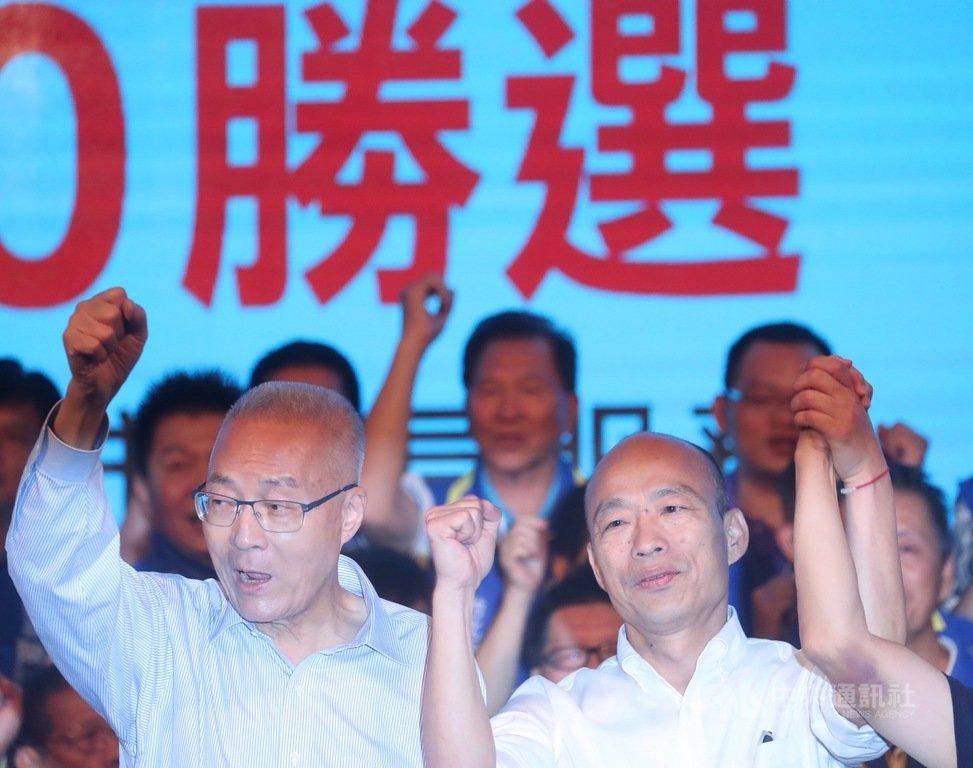 國民黨主席吳敦義(前左)10日晚間與黨提名總統參選人韓國瑜(前右)同台出席「中國國民黨2020勝選暨台北市里長服務促進會授證典禮」,齊呼口號營造團結氣勢,力拚2020總統大選勝利。中央社記者吳家昇攝 108年9月10日
