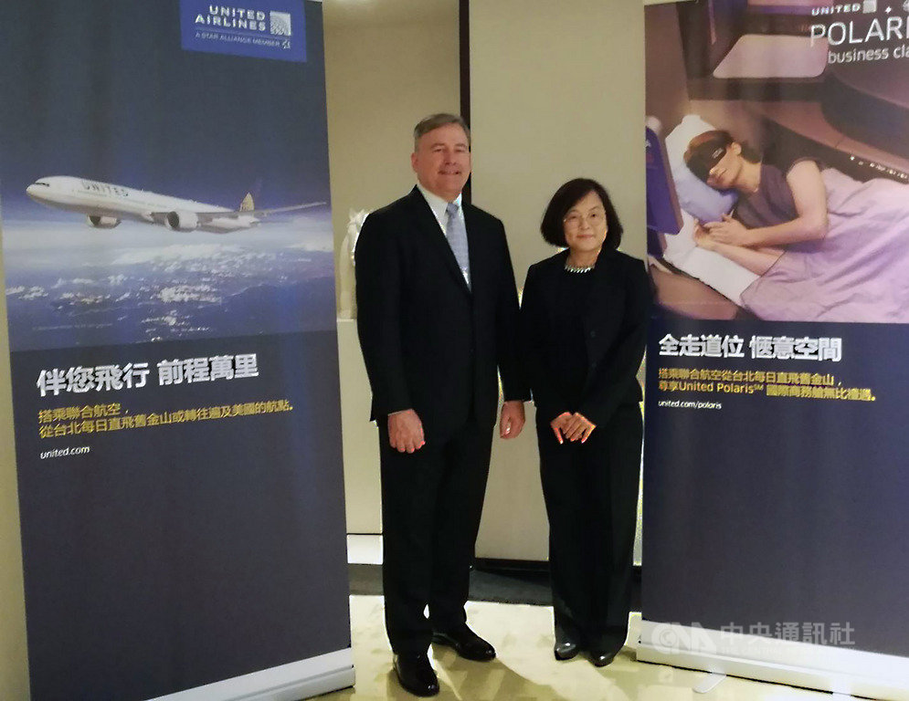 美國聯合航空大中華及韓國銷售董事總經理戴亞斯(Walter Dias)(左)10日來台考察並與媒體座談,他說對台灣市場表現很滿意,並表示只要市場反應旅客有需求,聯航就會考慮增班或增加美國直飛台灣的航點。右為聯航台灣區業務總經理唐靜儀。中央社記者汪淑芬攝 108年9月10日