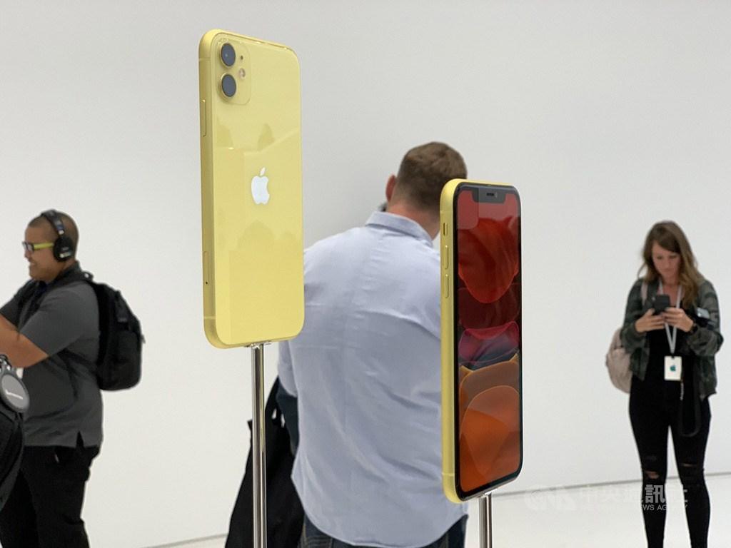 蘋果公司(Apple)10日發表iPhone 11、iPhone 11 Pro、iPhone 11 Pro Max三款新手機,圖為搭載雙鏡頭相機的iPhone 11,台灣售價新台幣2萬4900元起。中央社記者吳家豪舊金山攝 108年9月11日