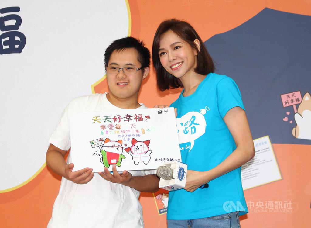 心路基金會11日在台北舉行「天天好幸福」愛心傘義賣記者會,邀請藝人夏于喬(右)擔任幸福公益大使,她會中並分享與智能障礙青年交流過程。中央社實習記者蕭惠敏攝  108年9月11日