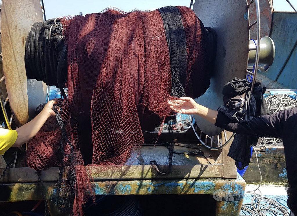新北市深澳籍漁船「漁慶16號」在東引作業時,網具遭中國大陸籍漁船拖走損毀,圍網漁具全毀,馬祖海巡隊趕往查處,最後陸船同意以新台幣45萬元賠償和解。(馬祖海巡隊提供)中央社 108年9月11日
