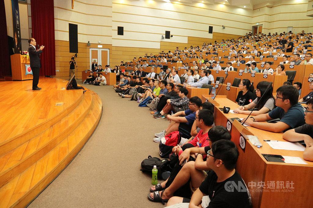 諾貝爾物理學獎得主中村修二(左)11日受邀到國立中興大學演講,暢談研發藍光LED的歷程與對人類的影響,以及他自身奮鬥的過程,吸引眾多師生與相關產業研發人員前往聆聽。(中興大學提供)中央社記者趙麗妍傳真 108年9月11日