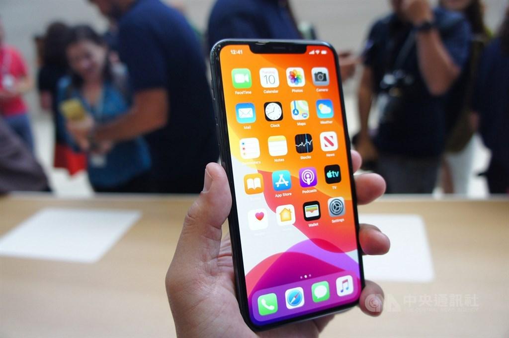 蘋果公司10日在美國總部Apple Park發表3款新iPhone,圖為體驗區展示的iPhone 11 Pro,配備OLED螢幕。中央社記者吳家豪舊金山攝 108年9月11日