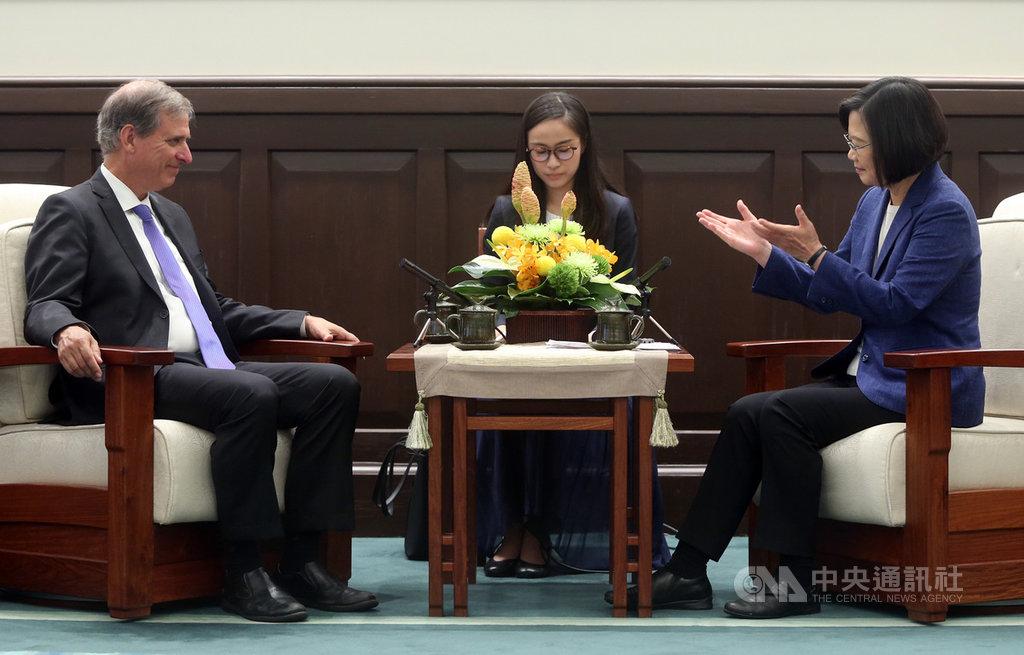 總統蔡英文(右)11日在總統府接見美國國務院「民主、人權暨勞工局」副助卿巴斯比(Scott Busby)(左),蔡總統致詞時表示,期待透過「印太民主治理諮商對話」作為台美定期交流的平台,將台灣的民主治理經驗與成就分享給區域的夥伴,促進印太地區的良善治理。中央社記者鄭傑文攝 108年9月11日