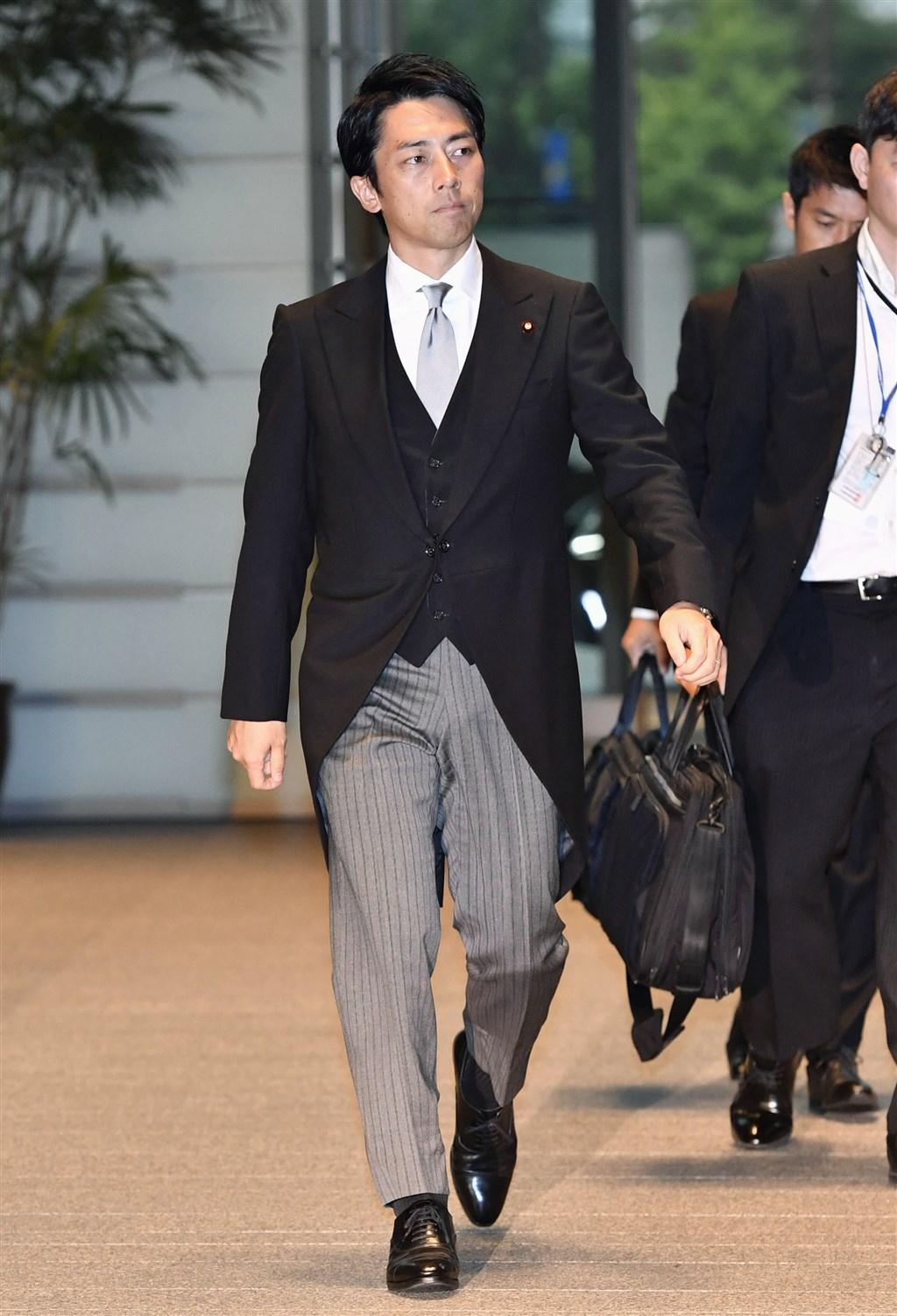 日本新上任環境大臣小泉進次郎(前)表示,想要「廢棄」核能發電廠,並警告有必要防止2011年福島核災重演。(共同社提供)