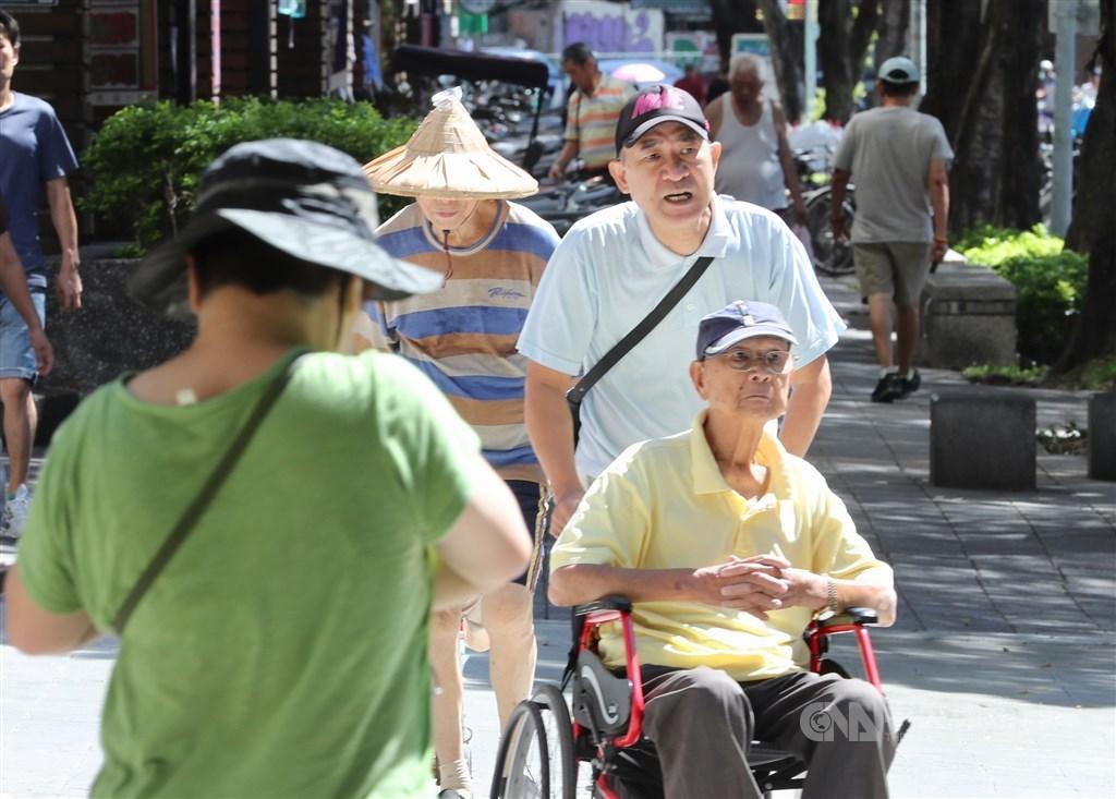 內政部11日公布「107年簡易生命表」,國人平均壽命為80.7歲,其中男性77.5歲、女性84歲,雙雙創歷年新高,也都高於全球平均水準。中央社記者張皓安攝 108年9月11日