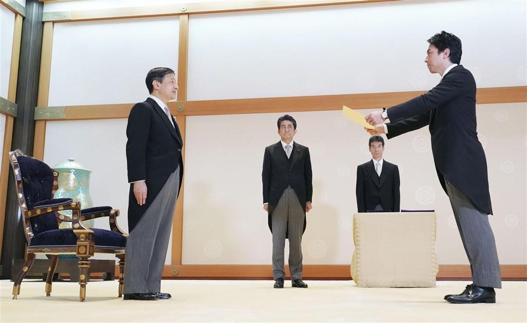 日本高人氣政治人物小泉進次郎(右1)首度入閣接任環境大臣,成為內閣改組焦點。(共同社提供)