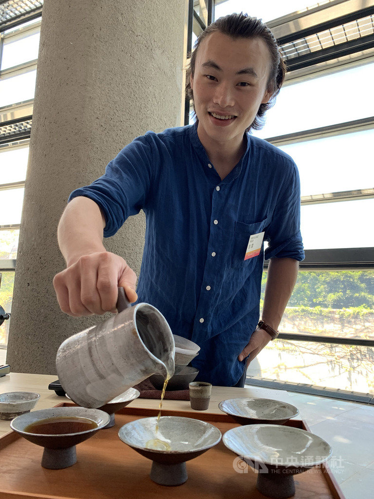 新北市鶯歌陶瓷博物館11日頒發2019陶瓷新品獎,30歲陶藝家彭雲以「白粉引手沖咖啡壺」拿下日用類新品獎及市場潛力獎,為本屆新品獎的雙料贏家。中央社記者葉臻攝 108年9月11日