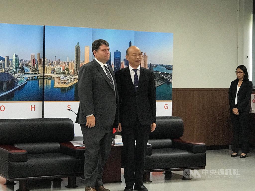 美國智庫傳統基金會副會長史賓塞(Jack Spencer)(前左)一行人12日拜會高雄市長韓國瑜(前右),雙方就政治、國安及經濟等議題進行交流。中央社記者王淑芬攝  108年9月12日
