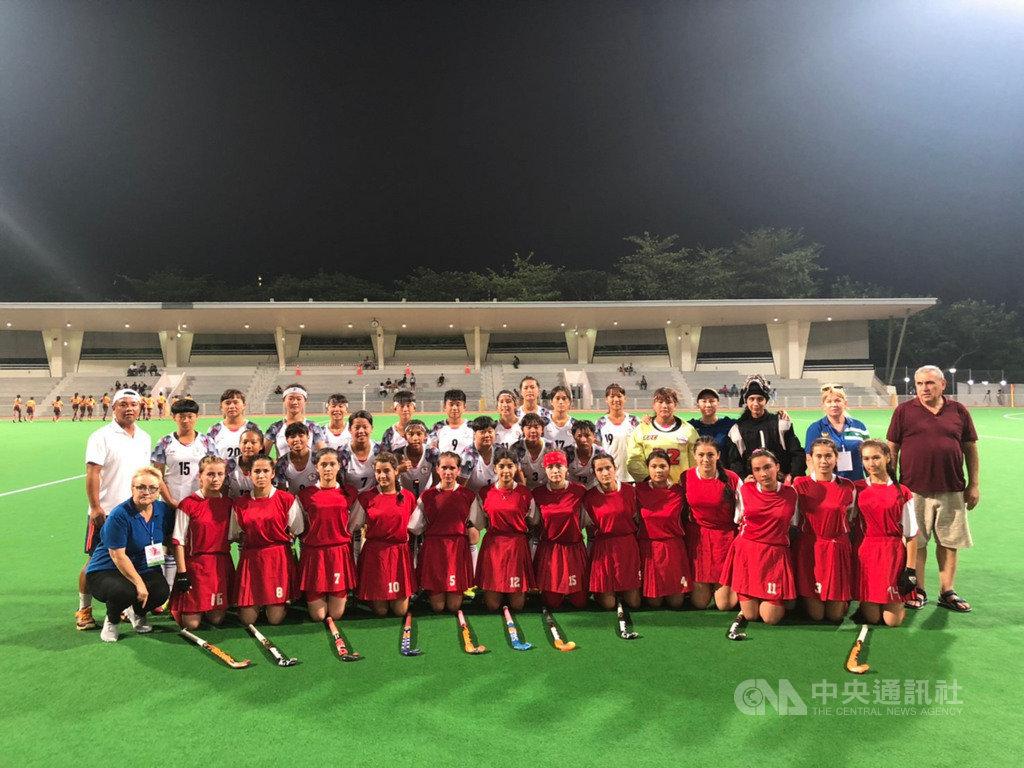 2019年U21女子亞洲盃曲棍球錦標賽第4天賽程,代表台灣出賽的女子曲棍球小將力拚全場,以2比2與烏茲別克戰成平手。圖為兩隊合影。中央社記者黃自強新加坡攝 108年9月12日