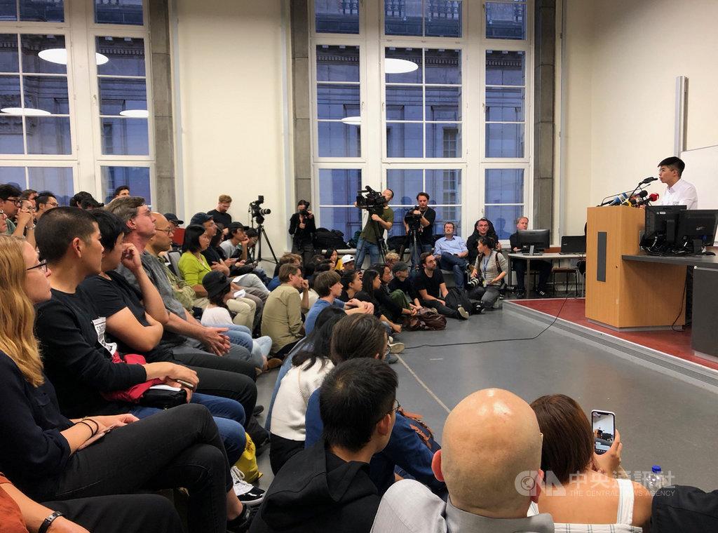 香港眾志秘書長黃之鋒11日在柏林洪堡大學演講,現場座無虛席。中央社記者林育立柏林攝  108年9月12日