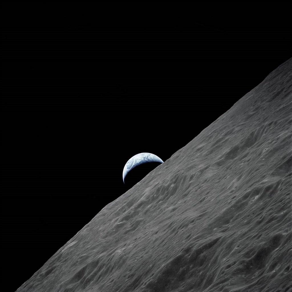科學家11日透露,他們首度在溫度與地球類似、代號K2-18b的系外行星大氣中發現水分存在。圖為阿波羅17號太空船拍攝地球影像。(圖取自NASA網頁nasa.gov)