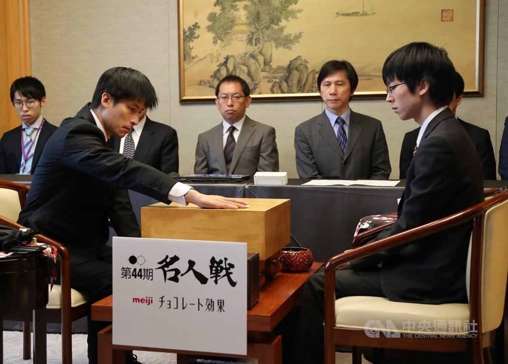 日本圍棋名人賽10日開始一連兩天在台北舉行,台灣旅日棋士張栩(前左)接受日本小將芝野虎丸(前右)的挑戰,捍衛名人頭銜。中央社記者張皓安攝 109年9月10日