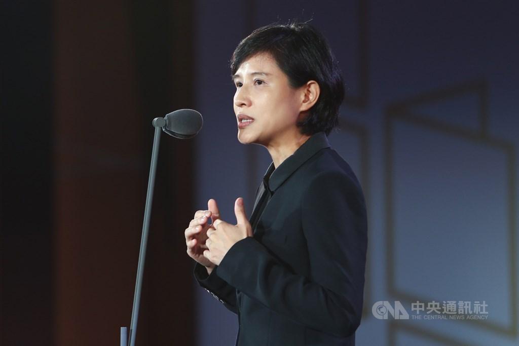 文化部長鄭麗君12日出席第43屆金鼎獎頒獎典禮時表示,從無數創作裡,重新見證台灣出版在華文世界裡有最自由、多元與旺盛的文化生命力。中央社記者王騰毅攝 108年9月12日