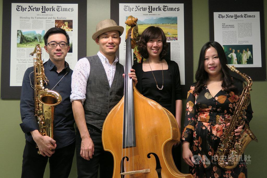 爵士低音提琴演奏家徐崇育(左2)美東時間11日在紐約演出,和Soy La Ley樂團成員潘子爵(右1)、潘恒健(左1)與經理陳思含(右2)合影。中央社記者尹俊傑紐約攝  108年9月12日