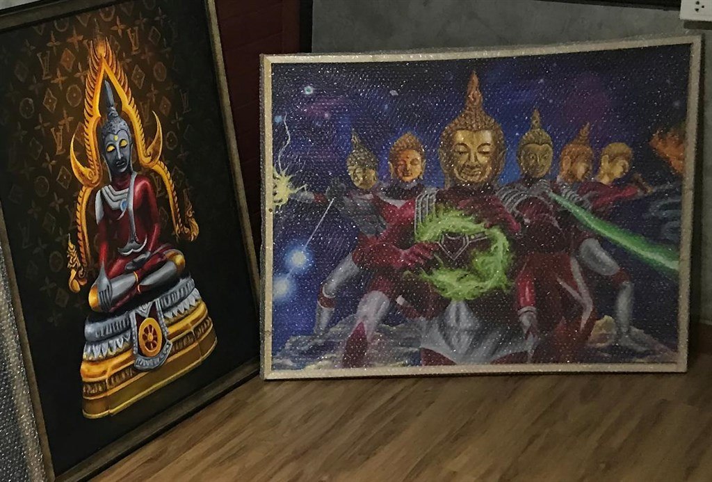 泰國呵叻皇家師範大學一名女學生創作了結合佛祖和日本動漫角色鹹蛋超人的畫作,在網路社群引起討論,不少人批評這樣的創作不恰當,還有國會議員指責女學生的畫作是褻瀆佛祖。(路透社提供)