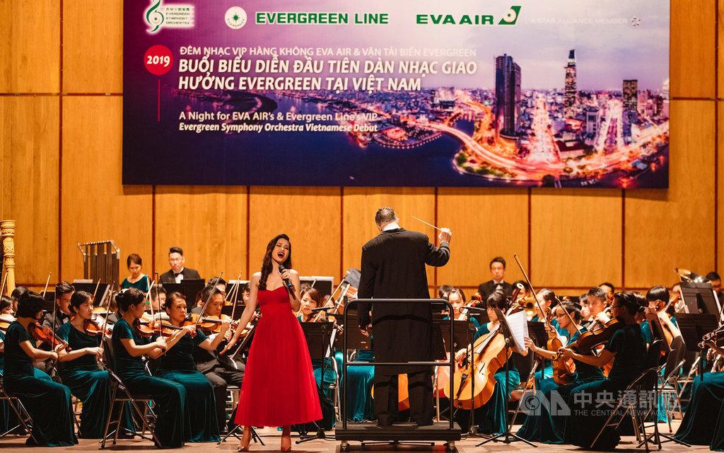 長榮交響樂團12日晚間繼續在越南舉行音樂會,並與越南知名女歌手一起演出,共同促進台、越音樂文化交流。(長榮提供)中央社記者邱俊欽桃園機場傳真  108年9月12日