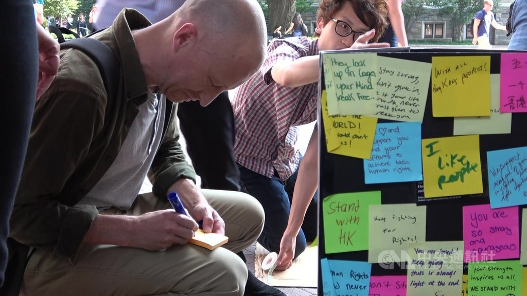 在便利貼寫下反對警察暴力的喬治城大學生佛朗西斯說,學生應該要關注學生發起的抗議,尤其是反送中這場抗議有如此多人走上街頭、面臨政府和警察的強烈反應。中央社實習記者徐子苓華盛頓攝 108年9月12日