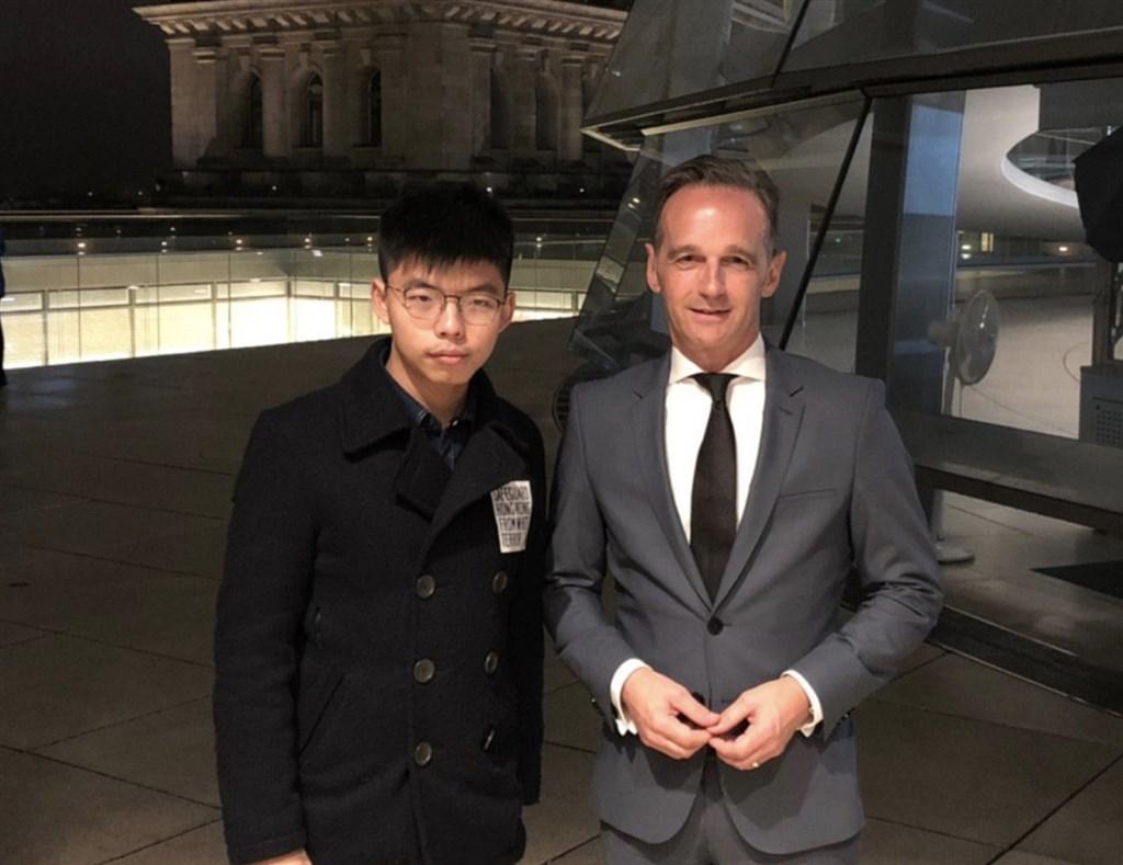 香港眾志秘書長黃之鋒(左)9日與德國外長馬斯(右)會面。(圖取自黃之鋒臉書facebook.com/joshuawongchifung)