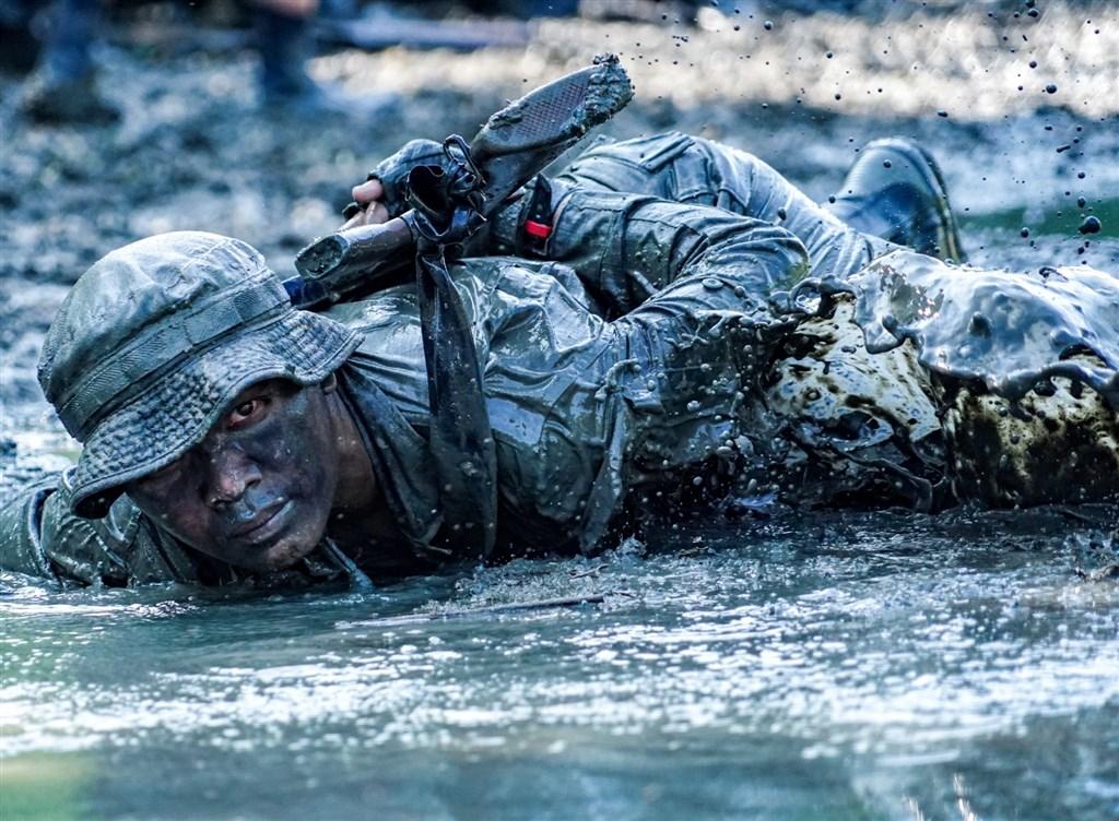 攝影家許明忠拍攝台灣海軍陸戰隊兩棲偵察和巡邏隊服役的訓練員訓練過程畫面,獲得IPA國際攝影大賽「戰爭衝突」類首獎。(圖取自IPA國際攝影獎網頁photoawards.com)