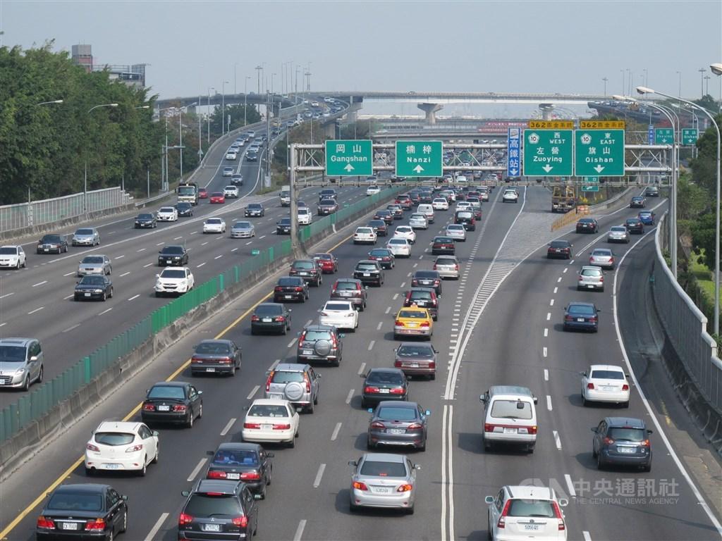 交通部高速公路局12日表示,13日國道是假期第一天,返鄉加出遊,車流量也最多,易壅塞時段較長。(中央社檔案照片)