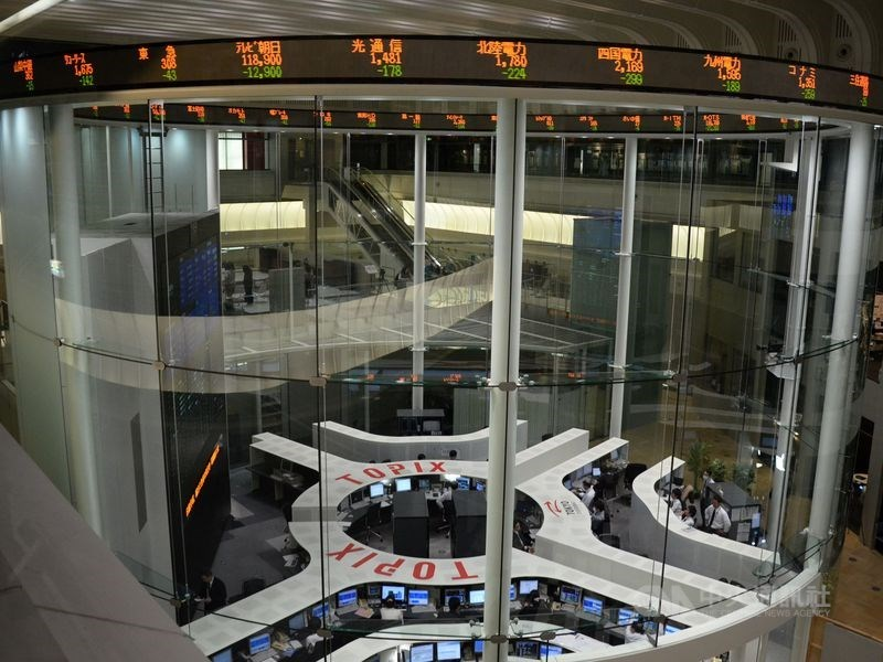 美中貿易緊張浮現緩和跡象,但亞股12日走勢分歧,分析師提醒要對貿易相關新聞謹慎以待。圖為東京證券交易所。(中央社檔案照片)