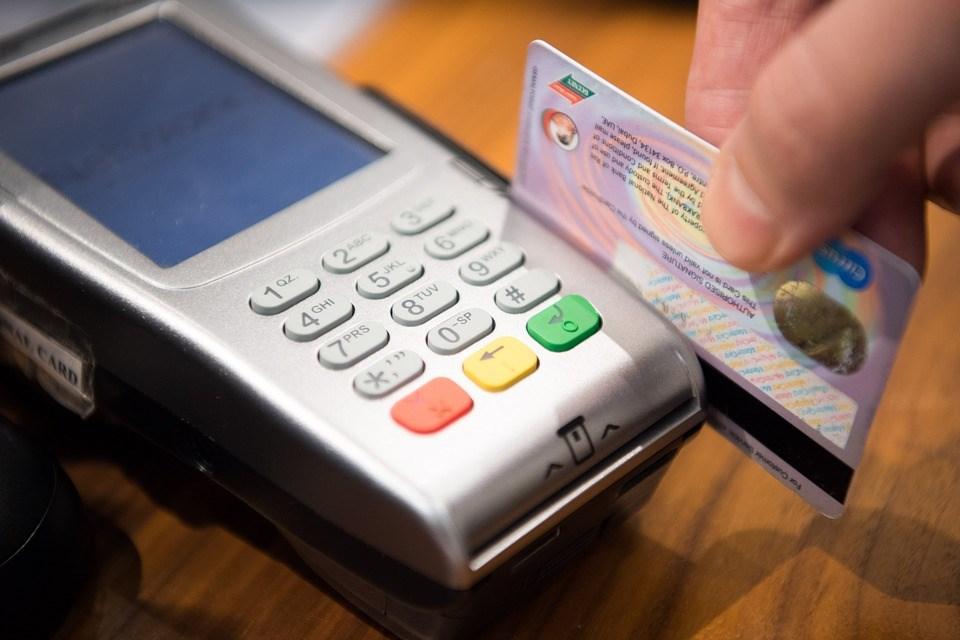 自10月1日起,至「公務機關信用卡繳費平台」刷卡繳罰款要自付手續費,政府不會編列預算補助。(示意圖/圖取自Pixabay圖庫)