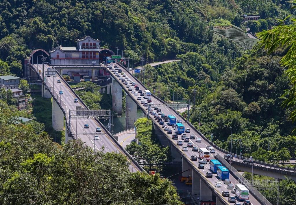 中秋連續假期第一天,13日國道5號雪山隧道往宜蘭方向入口前,車輛大排長龍。中央社記者謝佳璋攝 108年9月13日