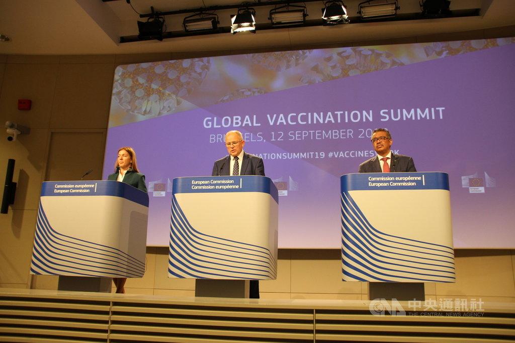 今年上半年歐洲麻疹達到9萬病例,世界衛生組織秘書長譚德塞(右)與歐盟官員12日召開記者會,呼籲民眾接種疫苗。中央社記者唐佩君布魯塞爾攝 108年9月13日